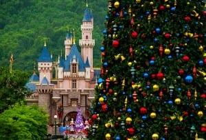 christmas-tree-compressed-main-street-sleeping-beauty-castle-hong-kong-disneyland-600x406