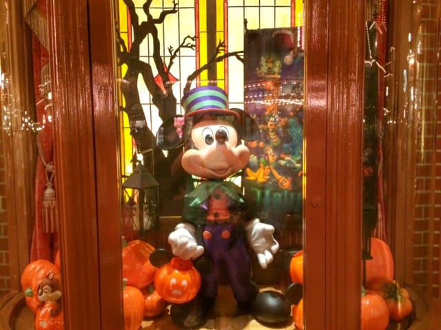 Halloween Windows Appear on Main Street, Magic Kingdom! 5