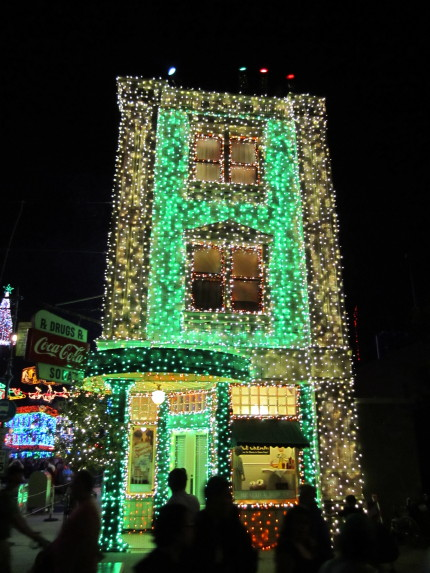 TMSM Explains: The Osborne Family Spectacle of Dancing Lights 6
