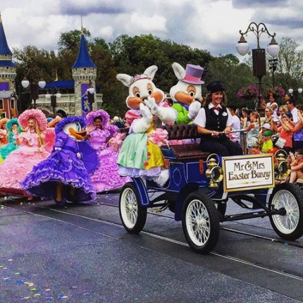 Special Character Greetings Hop To Magic Kingdom Park For Easter 2
