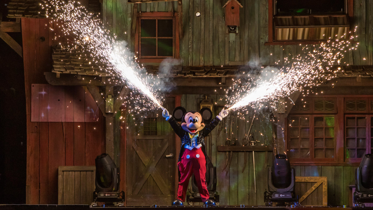 Watch #DisneyParksLIVE Stream of 'Fantasmic!' from Disneyland Park, August 9 at 8:55 p.m. PT 1