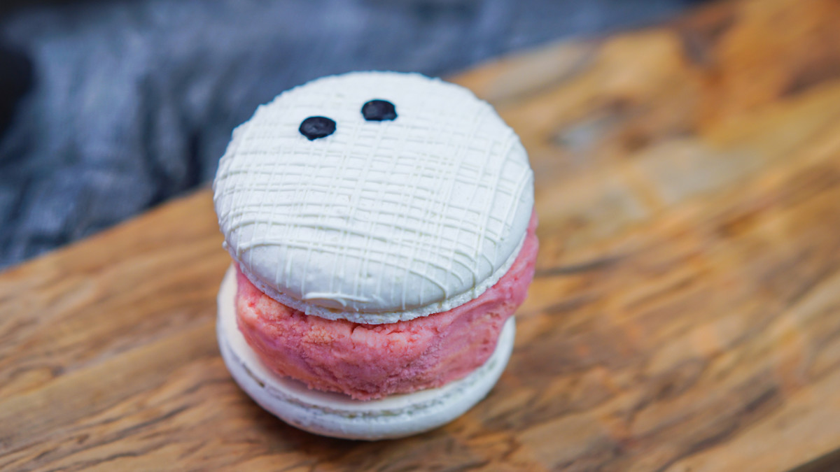Halloween Inspired Mummy Macaron Ice Cream at Schmoozies in Disney California Adventure Park