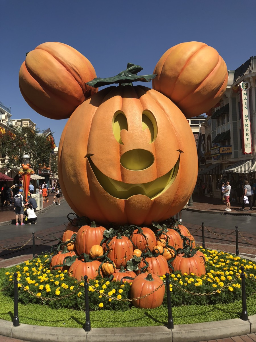 Disneyland vs Disney World - who does Halloween better? 11