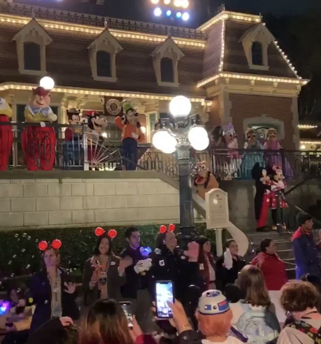 "Disneyland Says ""See Ya Real Soon"" as Park Closes Until Month End (video) 2"